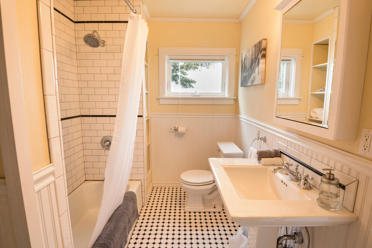 Oregon B&B with bathroom