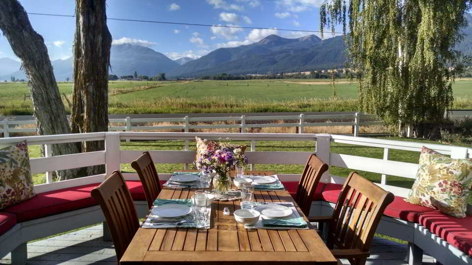 B & B Outdoor Dining in Oregon